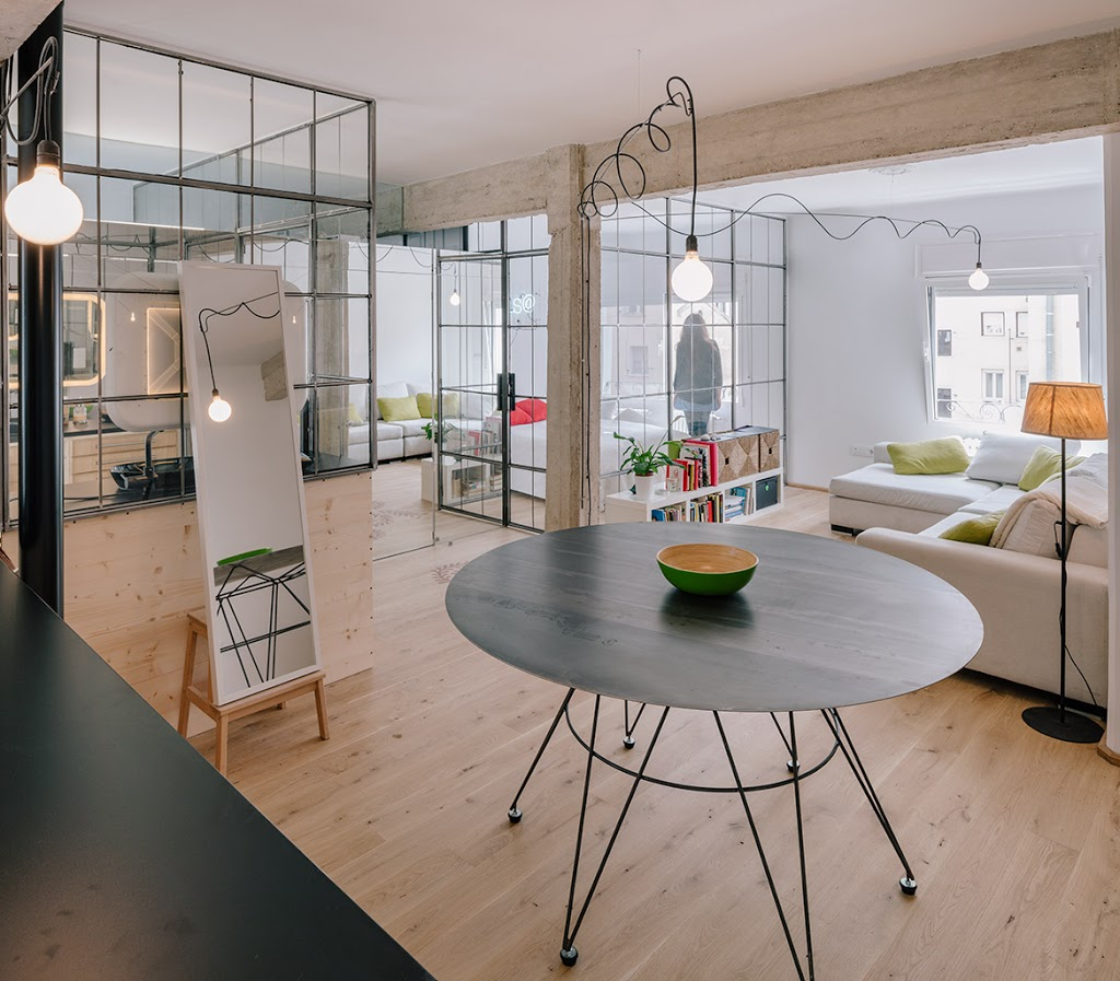 Ventanas interiores y muchos espejos para un pequeño apartamento en Madrid